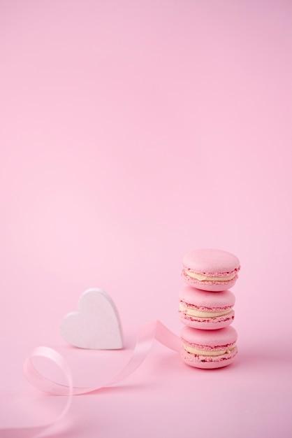 Angle élevé De Pile De Macarons Avec Coeur Et Ruban Photo gratuit