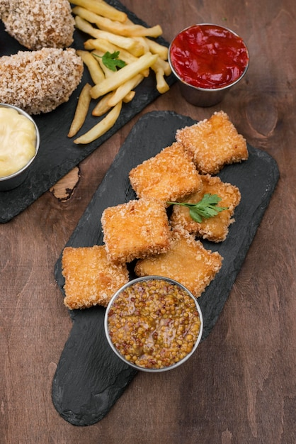 Angle élevé De Poulet Frit Sur Ardoise Avec Frites Et Sauce Photo gratuit