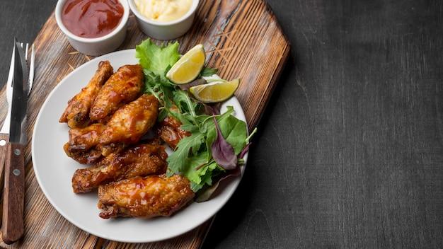Angle élevé De Poulet Frit Avec Sauce Et Salade Sur Assiette Photo gratuit