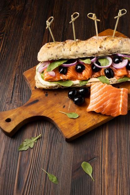 Angle élevé De Sandwich Au Saumon Et Olives Photo gratuit