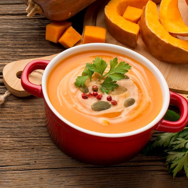 Angle élevé De Soupe De Courge D'hiver Avec Du Persil Dans Un Bol Photo Premium
