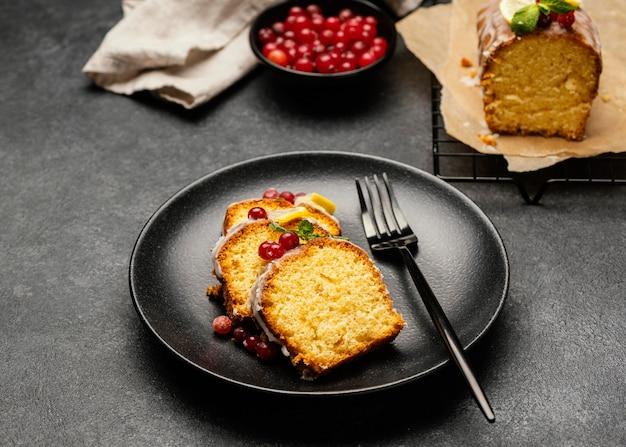 Angle élevé De Tranches De Gâteau Sur Plaque Avec Fourchette Et Baies Photo gratuit