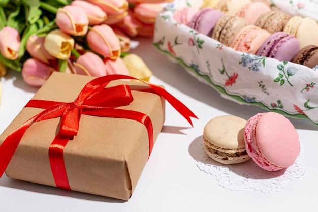 Angle élevé De Valentines Présents Avec Des Macarons Photo gratuit