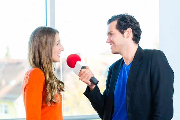 Animateur radio dans les stations de radio avec interview Photo Premium