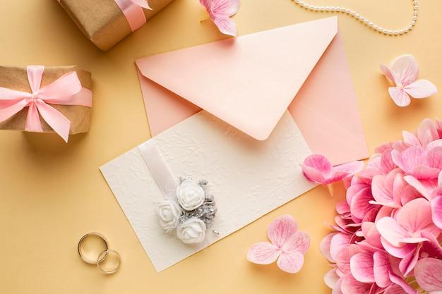 Anneaux Et Invitation Florale De Concept De Mariage Photo gratuit