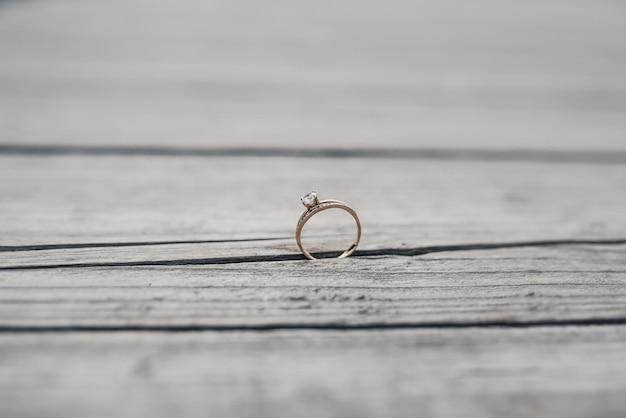 Anneaux De Mariage Mariés Sur Le Bois Photo Premium