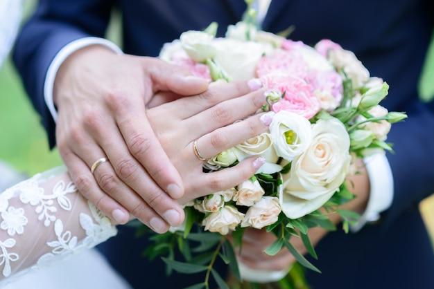 Anneaux De Mariage Sur Un Oreiller Un Bouquet De Pivoines Mariage Mains Avec Anneaux Photo Premium