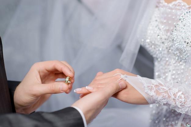 Anneaux de mariage pour les fiançailles des mariés Photo Premium