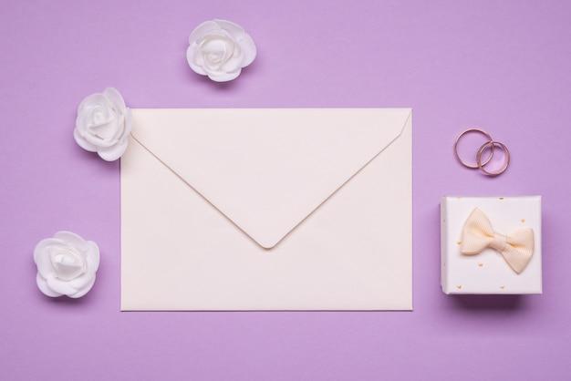 Anneaux De Mariage Vue De Dessus Avec Enveloppe Photo gratuit