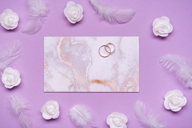 Anneaux De Mariage Vue De Dessus Sur La Table Photo gratuit