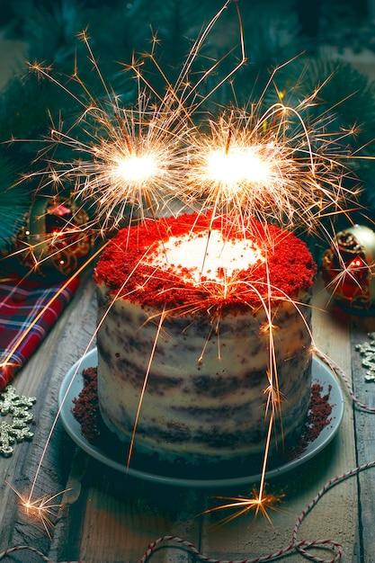 Anniversaire de dessert festif ou gâteau de velours rouge avec feux d'artifice pour la saint-valentin Photo gratuit