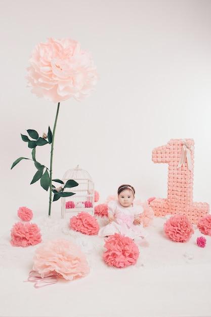 Anniversaire: fille assise par terre parmi les chiffres Photo Premium