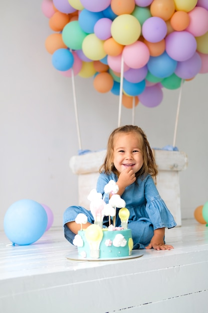 Anniversaire fille heureuse d'avoir un gâteau d'anniversaire Photo Premium