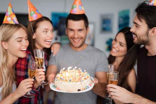 L'anniversaire d'un gars et ses amis le félicitent. Photo Premium