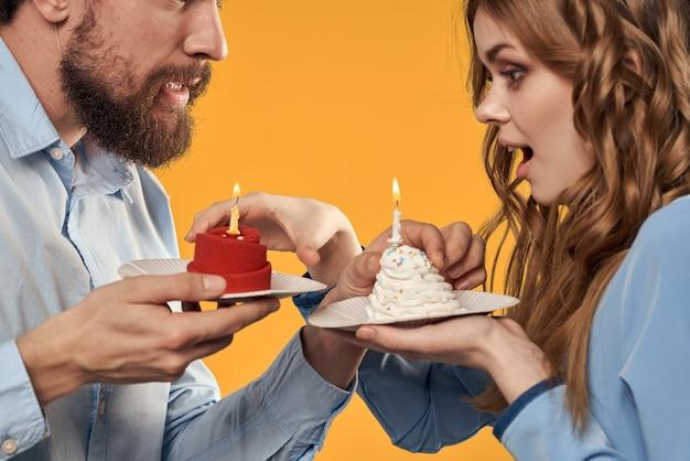 Anniversaire Homme Et Femme Avec Petits Gâteaux Et Bougies Photo Premium