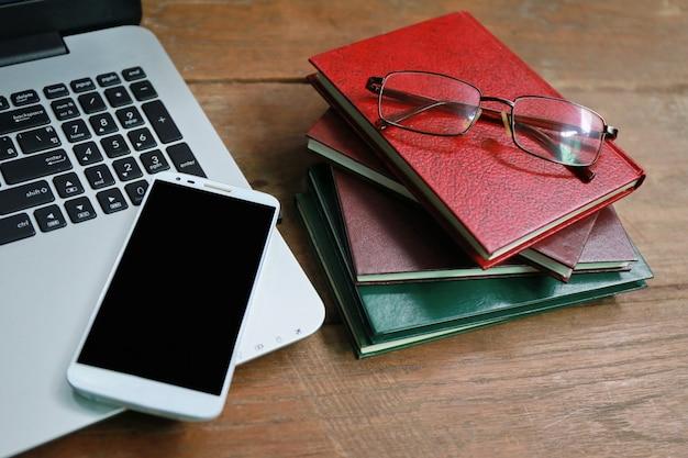 Annuaire téléphonique portable sur une table en bois Photo Premium
