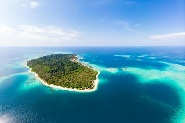 Antenne: île Tropicale Exotique, Destination Isolée Loin De Tout, Récif De Corail Mer Des Caraïbes Eau Turquoise Plage De Sable Blanc. Indonésie Sumatra Banyak Islands Photo Premium