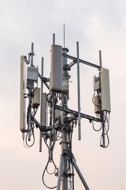 Antenne à panneau installée sur des poteaux en acier Photo Premium