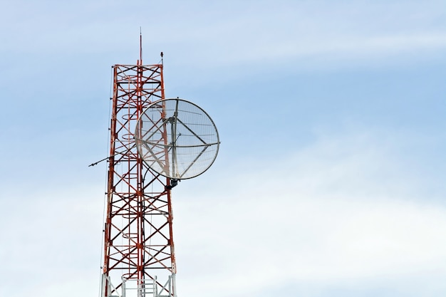 Antenne parabolique sur tour d'antenne de télécommunication radio avec un ciel bleu Photo Premium