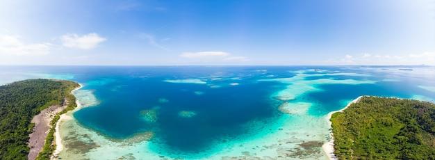 Antenne: Plage De Sable Blanc De L'île Tropicale Exotique Loin De Tout, Récif De Corail Eau Turquoise De La Mer Des Caraïbes. Indonésie Sumatra Banyak Islands Photo Premium