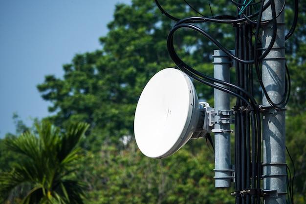 Antenne radio de télécommunication et tour satellite Photo Premium