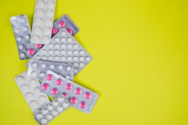 Antibiotiques gélules sous blister. médicament antimicrobien. industrie pharmaceutique. Photo Premium
