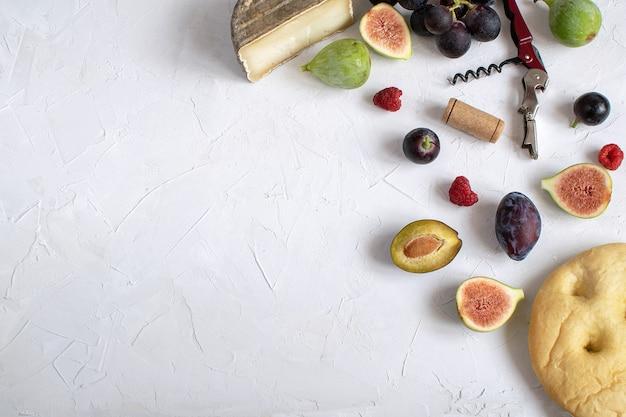Apéritif plat de vin figue prosciutto, raisin, prune, focaccia, grissini Photo Premium