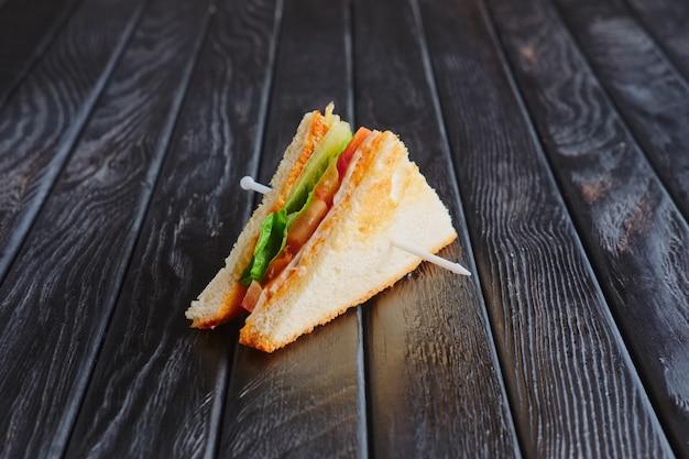 Apéritif à la réception. mini club sandwich sur table en bois Photo Premium