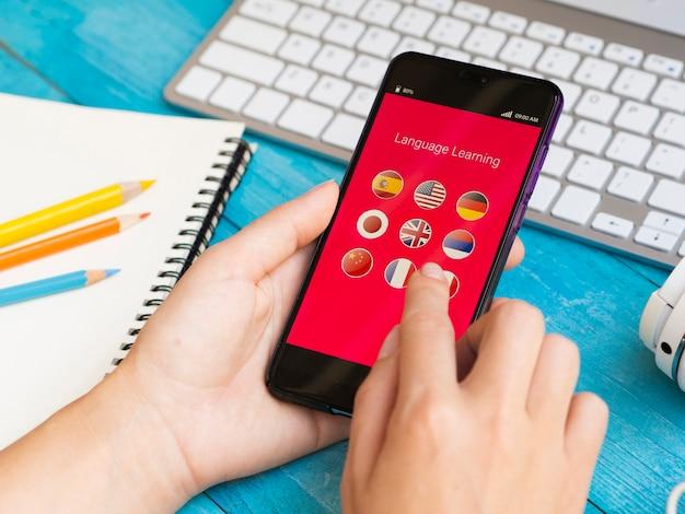 App Pour Apprendre Une Nouvelle Langue Au Téléphone Photo Premium