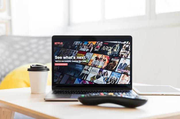 Appareil moderne avec application netflix Photo gratuit