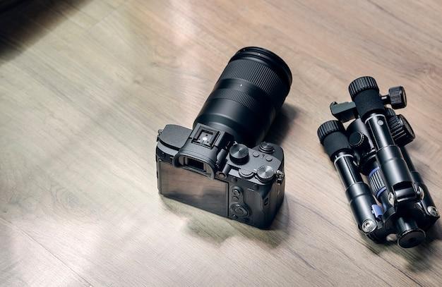 Appareil photo numérique et petit trépied sur table Photo Premium