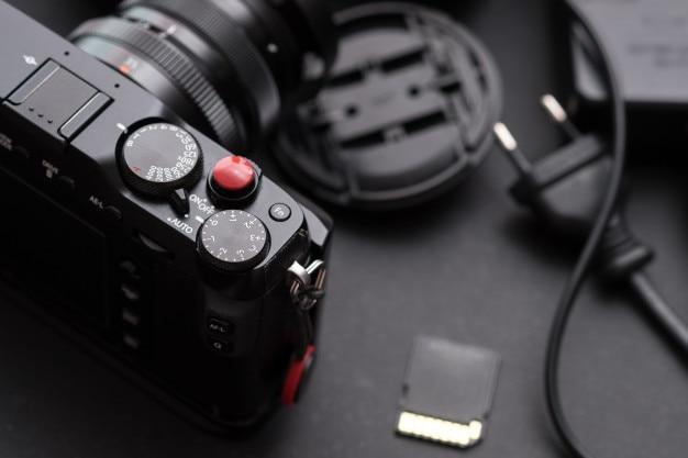 Appareil photo numérique près du bureau. photographique Photo Premium