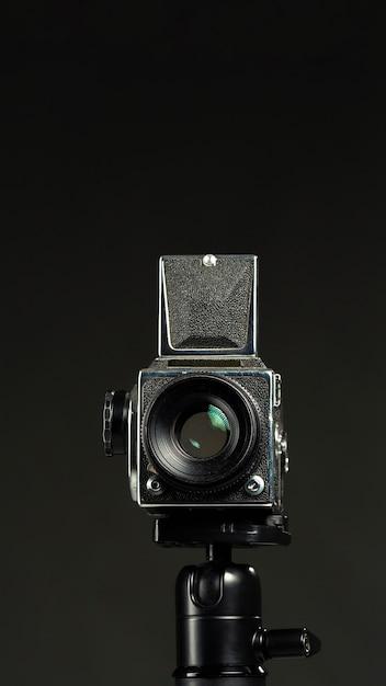Appareil Photo Professionnel Noir Dans Un Studio Minimaliste Photo gratuit