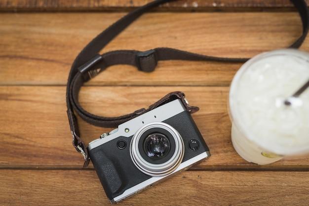 Appareil photo vintage avec café glacé sur une table en bois Photo Premium