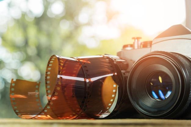 Appareil photo vintage avec rouleau de film sur le sol. voyage de fond Photo Premium