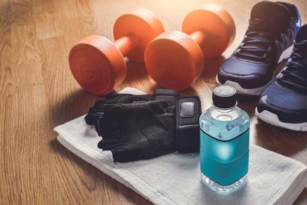 Appareils de fitness sur fond en bois Photo Premium