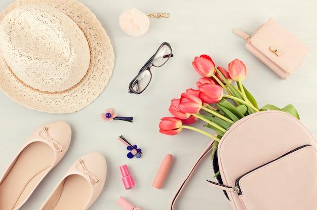 Appartement Poser Avec Des Accessoires Filles Printemps été Dans Des Tons Pastel Roses. Style D'été Urbain Décontracté Photo Premium
