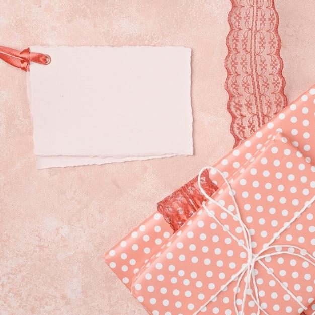 Appartement poser belle décoration avec des invitations de mariage Photo gratuit