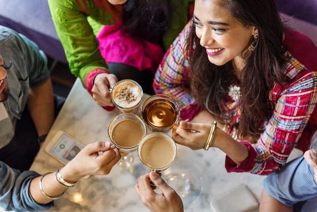 Appartenance ethnique indienne boire café pause café thé concept Photo Premium