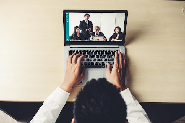 Appel vidéo des gens d'affaires réunis sur un lieu de travail virtuel ou un bureau distant Photo Premium