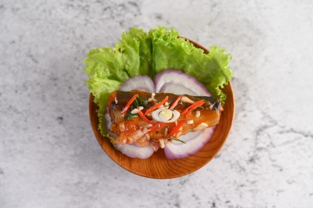Appétissante Salade De Sardine épicée En Conserve Avec Sauce épicée Dans Un Bol En Bois Photo gratuit