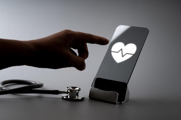 Application d'icônes de soins de santé en ligne sur un téléphone intelligent Photo Premium