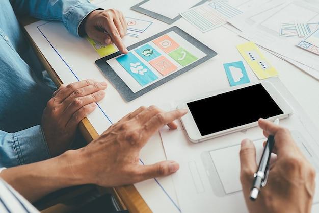 Application de planification creative web designer et développement de la disposition des modèles, cadre pour téléphone mobile. Photo Premium