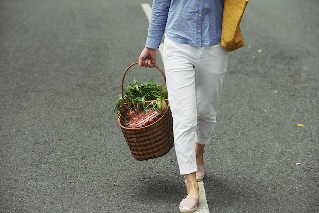 Apporter un panier de légumes Photo gratuit