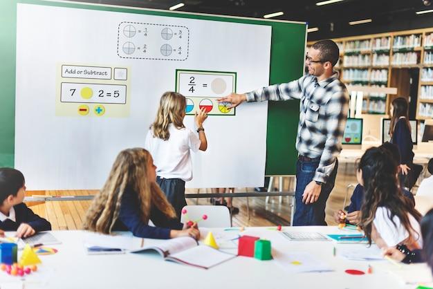 Apprentissage en classe des étudiants en mathématiques Photo Premium
