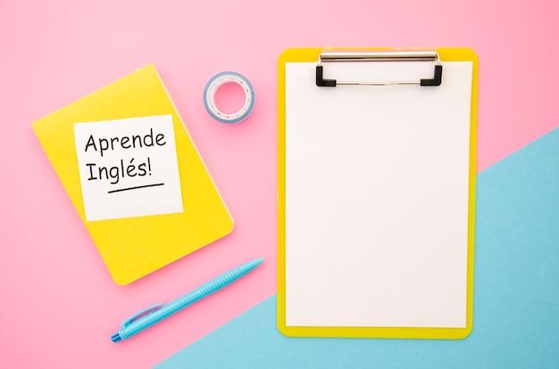 Apprentissage de nouveaux objets langage avec le presse-papier vide Photo gratuit