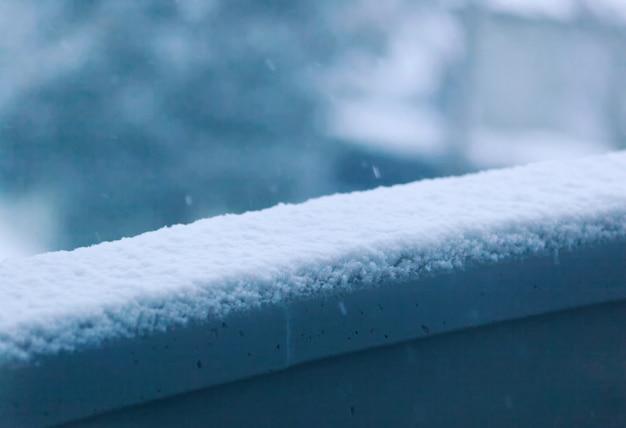 Appui de balcon recouvert de neige molle. Photo Premium