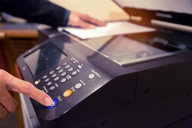 Appuyez sur le bouton du panneau de la photocopieuse. Photo Premium