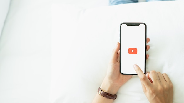 Appuyez sur l'écran pour afficher les icônes de l'application youtube sur apple iphone. youtube. Photo Premium