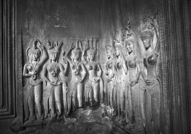 Apsaras - sculptures sur pierre à angkor wat, siem reap, cambodge. Photo Premium